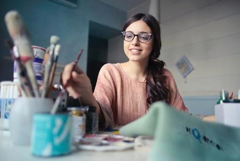 Fhatima Bandenavaze B your Energy Spécialiste auprès des femmes entrepreneures qui veulent s'épanouir, réussir et grandir professionnellement tout en retrouvant de l'énergie et en ayant un bon équilibre de vie personnelle et professionnelle.